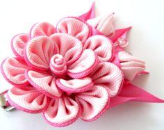 Una flor se realiza en la técnica del tsumami kanzashi. Pinza de pelo tipo cocodrilo. La flor se hace de cintas del grosgrain.  Diametro de las flores es ~ 2 1/2 pulgadas (6 cm).    A petición del cliente se pueden hacer flores a una de las combinaciones de un color diferente.    Mis trabajos hechos a mano puede ser un regalo único para usted, su familia y amigos!    Para más artículos, por favor visite mi tienda casa:  http://www.etsy.com/shop/JuLVa
