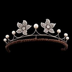 Two diamond app. tot. 4 cts brooches that can be worn on a pearl tiara. Tiara in silver and the brooches are in 18k white gold.. - The Spring Classic Sale, Stockholm 574 – Bukowskis