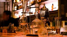 Apothèke - bar secret new york situé dans Chinatown. Ouvert tous les jours à partir de 18 :30 (le dimanche à partir de 20 :00),vous pouvez vous rendre à l'Apothèke en passant la porte du 9 Doyers St. Le mercredi est un jour un peu spécial : vous devez entrer avec un mot-de-passe à demander sur le site Internet. La carte de cocktails est différente + musique jazz en live à partir de 20h