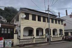 Casa Teodolita Fecha de construcción: 1902 Esta hermosa casa situada en el centro histórico de Malabo es uno de los edificios más antiguos de la ciudad. Destaca por sus interiores y exteriores realizados en madera. Toma el nombre de la primogénita de José Walterio Dougan, a la que llamaban Teodolita.