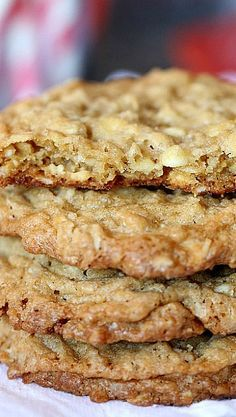 Best Oatmeal Cookies - Crispy around the edges and soft and chewy in the center. So easy to make and even easier to eat! Easy Cookie Recipes, Cookie Desserts, Sweet Recipes, Baking Recipes, Dessert Recipes, Dinner Recipes, Cookie Favors, Snack Recipes, Cookies Receta