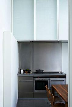 La cocina - AD España, © Francis Amiand La cocina de este gran apartamento es sencilla y limpia, práctica, moderna, y sin grandes estridencias.