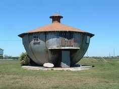 The 'Kettle House' in Texas was built of steel in the 1950s.The unusual choice in materials and shape was probably influenced by the owner's previous occupation – building storage tanks for oil companies.
