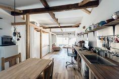 Esta pequena casa está em um terreno de apenas 41 metros quadrados e possui área construída de 64 metros quadrados, distribuídos em dois andares. Assim, co