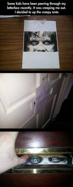 Wie man Kids erschreckt, die einem die ganze Zeit durch den Postschlitz gucken