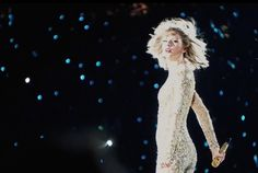 "Taylor Swift performing ""Out Of The Woods"" at the 1989 Tour"