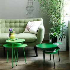 a Gray room with a Green couch. Living Room Color Schemes, Colour Schemes, Living Room Designs, Color Combinations, Deco Cool, Green Rooms, Color Of The Year, Room Colors, Decor Interior Design
