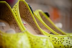 Colores audaces, detalles de diseño, opciones trendy. Fotografía: Diana Sandoval  Producción: Daliz Londoño Diana, Flats, Heels, Fashion, Rose Trees, Colors, Loafers & Slip Ons, Heel, Moda