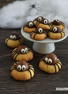 How To Make Halloween& Most Adorable Spider Cookies .- Wie man die entzückendsten Spinnenplätzchen von Halloween macht How to make Halloween& most adorable spider cookies # most delightful - Dessert Halloween, Halloween Food For Party, Halloween Cupcakes, Cute Halloween, Halloween Treats, Halloween Spider, Halloween Biscuits, Halloween Brownies, Holiday Treats