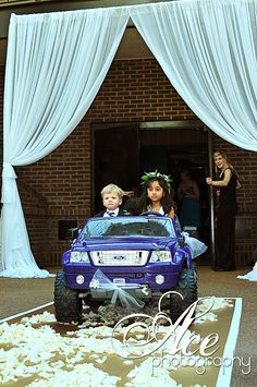 I love this, flower girl and ring bearer drive car down the aisle. lol