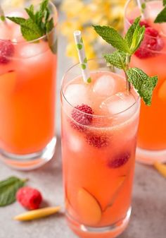 Homemade Raspberry Peach Lemonade This peach raspberry lemonade will have you dreaming of a warm summer breeze! Fresh, bright, and deliciously sweet, it's the perfect summer drink! Peach Drinks, Fruit Drinks, Smoothie Drinks, Non Alcoholic Drinks, Yummy Drinks, Healthy Drinks, Acholic Drinks, Pitcher Drinks, Drink Recipes Nonalcoholic