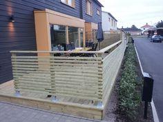 Liggande ribbor 2,7 cm mellan Front Yard Patio, Front Deck, Garden Railings, Deck Railings, Wood Slat Wall, Patio Privacy, Deck Design, Diy Pergola, Outdoor Projects