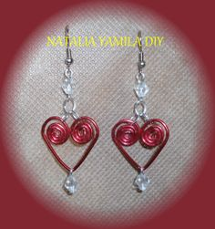Aros pendientes artesanales en forma de corazón en alambre de aluminio y tupies . Handmade heart wire and bicons earrings