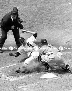 #Foto   Chico Carrasquel (Medias Blancas de Chicago) se desliza en el home ante el bloqueo de Mickey Grass (Senadores de Washington), en 1951. Foto: Archivo Fotográfico/Cadena Capriels