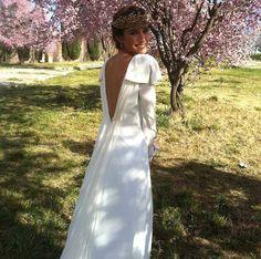 ¡Guapísima novia Panambi! Espectacular vestido de novia con espalda descubierta y detalles en los hombros, una novia elegante y muy femenina.