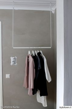 Cloth hanging from the ceiling. Could work with some kind of DIY system to take them up and down. Plywood Furniture, Diy Home Furniture, Design Furniture, House Doctor, Diy Interior, Interior Design Living Room, Diy Wohnmöbel, Diy Clothes Rack, Boutique Decor