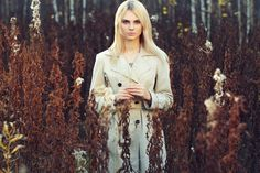 Portrait of young beautiful woman in autumn cloak - Portrait of young beautiful woman in autumn cloak. Fashion photo. Blonde girl. Perfect make-up