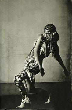 Lucia Joyce dança com um vestido feito por ela para uma competição no Baile Bullier em Paris, Maio 1929