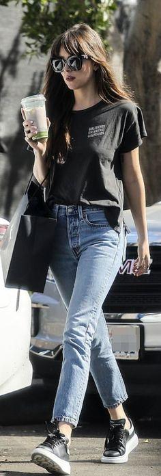 Dakota Johnson wearing Sunglasses – Gucci Jeans – Re/done Shoes – Alexander McQueen Estilo Dakota Johnson, Dakota Johnson Street Style, Dakota Style, Summer Outfits, Casual Outfits, Cute Outfits, Fashion Outfits, Fashion Dictionary, Fashion 2020