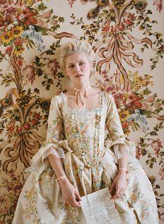 Kirsten Dunst come Marie Antoniette in Marie Antoniette. Costumi: Milena Canonero. Non amo moltissimo i costumi barocchi ma la Canonero ha contribuito in modo eccellenze allo sfarzo visivo di questo film. Marie Antoniette sempre una regina impeccabilmente vestita.