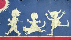 Straßenschild bei Vimmerby mit den Kinderbuchfiguren Thomas, Annika und Pippi Langstrumpf.
