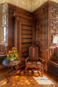 The library at Montecute House in Devon, England. The house was built around and the room in which the library is now was originally used as a Great Chamber, where important guests were received. Would love this in my Dream Home! Beautiful Library, Dream Library, Beautiful Space, Simply Beautiful, English Country Style, English Manor, Home Libraries, Reading Room, Book Nooks