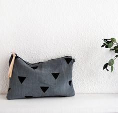 Estuche con estampado de triángulos.Disponible en color grafito.Composición exterior: 100 % lino.Composición interior: 100 % algodón.Tamaño: 23 x 15 cm (ancho x alto).
