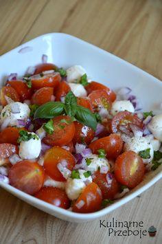 sałatka ala caprese z cebulką, sałatka caprese z cebulką, sałatka caprese, sałatka do grilla, sałatka do grilla z pomidorami, mozzarellą i cebulką