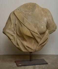 """""""Torse de femme"""" en marbre blanc sculpté. Epoque : XVIIème. (Manques et *). H.(hors socle):51cm. - Vanderkindere - 15/11/2017"""