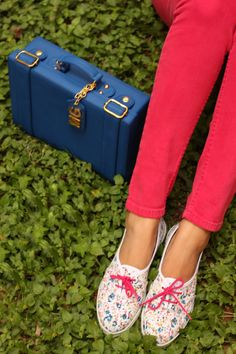 Love those shoes & the Cobalt satchel bag. Bata Shoes, Perfect Match, Me Too Shoes, Fashion Shoes, Fashion Photography, Chic, My Style, Sneakers, Satchel Bag