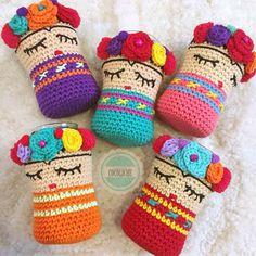 Funda Frida Tejida Para Frasco / Funda De Frasco - $ 180,00 en Mercado Libre Crochet Jar Covers, Crochet Case, Crochet Box, Crochet Quilt, Vintage Crochet, Crochet Doilies, Crochet Mug Cozy, Crochet Cactus, Crochet Fairy