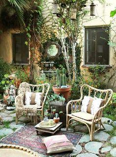 Garden escape! Une terrasse très bohème avec cette paire de fauteuils en rotin
