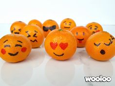 Tout le monde connait les Emojis (ou Émoticônes). Créé au Japon en 1999 par Shigetaka Kurita, le terme Emoji associe deux mots japonais:le »e» qui désigne «une image» et «moji» pour «une lettre». Il s'agit donc d'un petit pictogramme représentant une expression, un sentiment ou un objet de la vie courante. On adore les émoticônes! […]