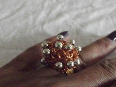 Anel regulável em crochê de fios de metal , cobre esmaltado em dourado ,bordado com bolas de inox.