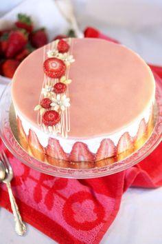 Le fraisier, un dessert incontournable en France. Un entremets à base de fraises, de génoise et de crème mousseline souvent décoré avec un ...