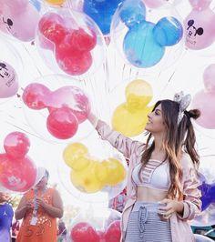 Foto com balões do Mickey na Disney