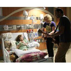 """""""درس في الإنسانية"""" جوش ريفكند وسانجاي كوثاري موسيقيين امريكيين جابوا اكثر من 180 مدينة امريكية من اجل عزف الموسيقى في المستشفيات للتخفيف الآلام عن الاطفال المرضى وخصوصا المصابين بمرض السرطان"""