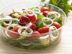 Salt og syrligt passer sammen i en salat både til grillmad og som forret