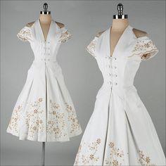 abito d'epoca del 1950. cotone bianco. spalle di millstreetvintage