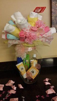 Diaper bouquet Diaper Bouquet, Baby Bouquet, Towel Cakes, Diy Presents, Diy Arts And Crafts, Baby Shower Gifts, Diaper Cakes, Baby Ideas, Baby Showers