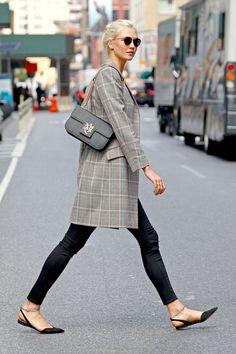 Karlie Kloss y Selena Gomez ya los lucen en su día a día: abrigos masculinos (y extra largos)