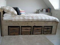 Een bed met opbergruimte kun je prima in een kleine slaapkamer gebruiken. Je ben… You can use a bed with storage space in a small bedroom. Wood Bedroom, Kids Bedroom, Bedroom Decor, Bed Storage, Storage Spaces, Reclaimed Wood Beds, Wooden Bed Frames, Diy Bed, New Room
