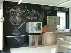 """Lavagna e gesso una parete di una cucina con un messaggio emblematico """"I tuoi dubbi sono l'inchiostro del nostro progetto!"""" #blackboard #handmade #lavagnaegesso #fattoamano #Seno&Seno"""