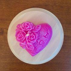 """Ručne vyrábané sviečky v tvare srdiečka s ružičkami, vhodný aj ako darček na svadbu pre hostí alebo inú príležitosť. S jemným efektom """"námrazy"""". Sviečka je vyrobená s palmového vosku na prírodnej báze. V cene sviečky je zahrnuté balenie v celofáne. Far Icing, Floral, Flowers, Desserts, Food, Tailgate Desserts, Deserts, Essen, Postres"""
