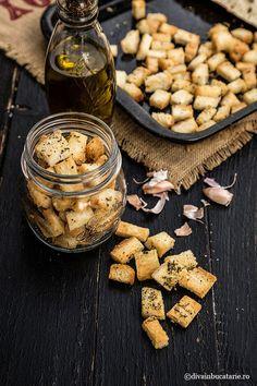 Crutoane de paine aromate sunt perfecte pentru a insoti supele crema sau diverse salate, dar ajung sa fie uneori mancate Stuffed Mushrooms, Cooking Recipes, Vegetables, Food, Salads, Stuff Mushrooms, Chef Recipes, Essen, Vegetable Recipes