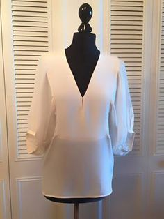 """Blouse PINKO en soie blanc vendu par le dépôt vente de Luxe, Mode, Art et Design... """"luxExclusive"""" Paris"""