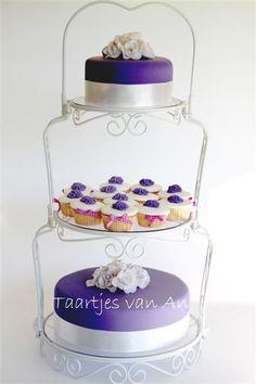 Naast 1 hele taart kan je er ook voor kiezen om losse taarten op een standaard te zetten. Eventueel gecombineerd met bijpassende cupcakes.