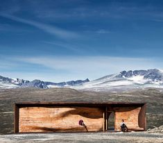 The rippled timber core of this reindeer observation pavilion by architects Snøhetta mirrors the curves of the surrounding Dovre Mountains in Norway. Monumental Architecture, Architecture Photo, Contemporary Architecture, Landscape Architecture, Corporate Interiors, Watercolor Landscape Paintings, Brutalist, Trip Advisor, National Parks