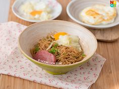Easy recipe for hawker breakfast favourite economical fried bee hoon with cabbage, luncheon meat and fried egg.