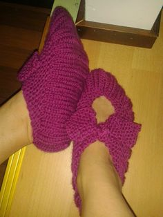 Nemiran Nurkkaus: Kassitossut Knitted Slippers, Fingerless Gloves, Arm Warmers, Socks, Knitting, Pattern, Bags, Fiber, Corner